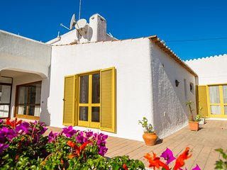 Casa Crista Da Colina, 3 Bedroom with pool, located in town center of Carvoeiro