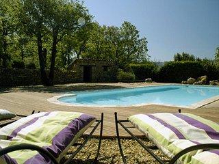 Bastide en pierre, vue sur monts du Luberon, piscine chauffée, 2 à 8 personnes.