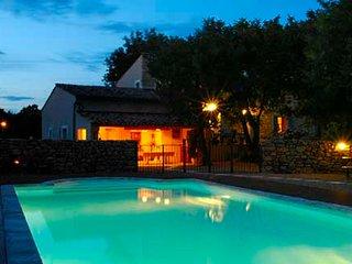 Bastide en pierre, vue sur monts du Luberon, piscine chauffee, 2 a 8 personnes.