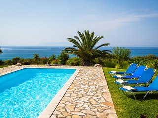 *Spacious Villa - Private Pool, Unique Sea View, Next to The Beach & Argostoli*