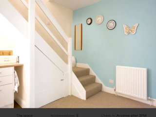 Delightful airy  Cottage-Birstall