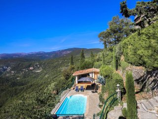 5 bedroom villa in Provence with pool. BBQ. WIFI. Walking distance to village.