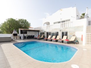 Fabulous 6 Bedroom Villa. Jacuzzi. Games Room. Private Heated Pool CallaoSalvaje