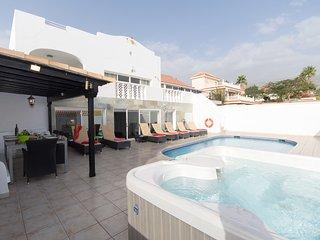 Amazing 6 Bedroom Villa. Games Room. Heated Pool. Callao Salvaje.  VA9050039