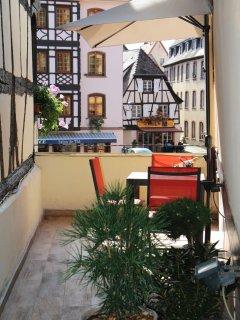La terrasse donnant sur la place du marché