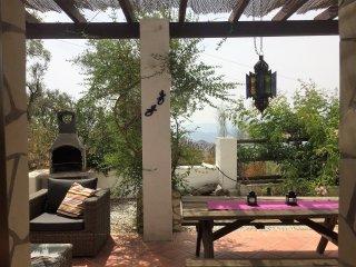 Toegang vanaf de bungalow naar het terras met BBQ