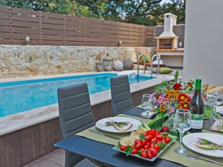 New Cozy villa, Private pool, Next to tavern & mini market,Close to town,Up to 8