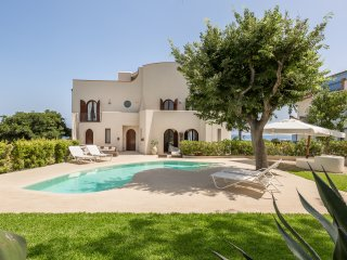 Villa Schisò,exclusive location for 12 people,on the seafront with private pool.