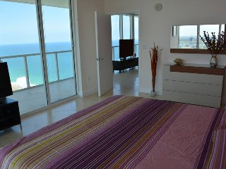 Spacious 2 Bed/ 2 Bath Apt. in LA PERLA Condo with Amazing View from 40th Floor