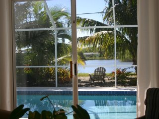 Tropical Oasis Minutes to Beach, Walking Distance to Shopping and Dearborn St.