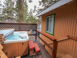 ~At Your Leisure~Secluded Yet Conveniently Close~Hot Tub~Kitchen & Dining~