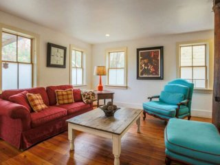 Walk to Upper King St. Historic downtown Charleston retreat. Off-street parking