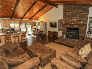 ~Star Gazing~Newly Renovated Modern Chalet~Sun Deck~Minutes To Town~