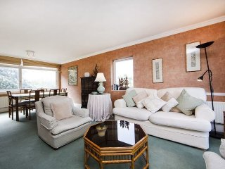 Warm and inviting 2 bedroom apartment next to Holland Park- Kensington