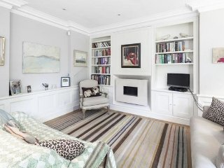Beautiful 2 bed Chelsea home with spacious rooms and stunning rear garden