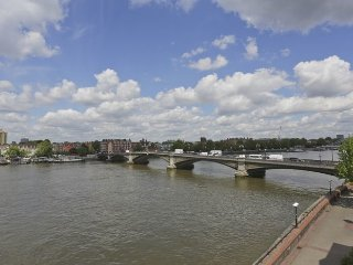 Quaint and sunny 2 bedroom apartment which offers great views over the River
