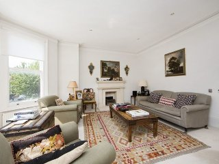 Beautiful 4 bedroom family townhouse very near to Parsons Green with lovely