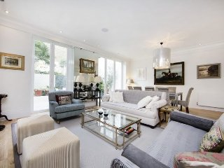 Beautiful and spacious 2 bed / 2 bath property just moments from Earls Court