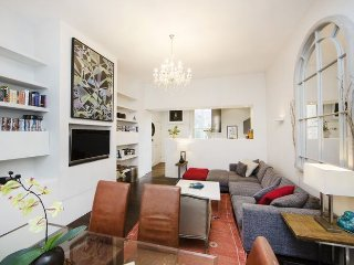 Spacious one bedroom holiday apartment with high ceilings & wood floors located