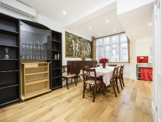 Spacious 3 bed and 2 bath property located just 2 minutes to south kensington
