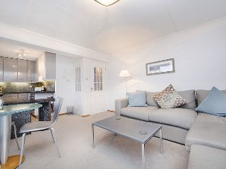 Superbly located 1 bedroom apartment with balcony - Covent Garden