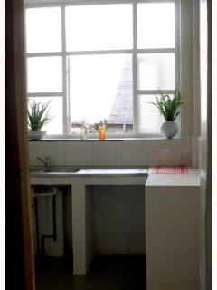 la cuisine est équipée : réfrigérateur, cafetière, plaque de cuisson deux feux, rice cooker