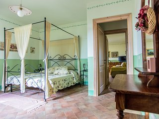 Borgo San Giuliano, apartment 'Il Padrone' in charming villa