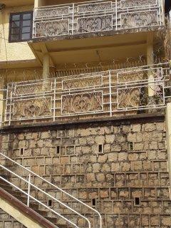 l'appartement se trouve au 1er étage, à l'arrière du bâtiment