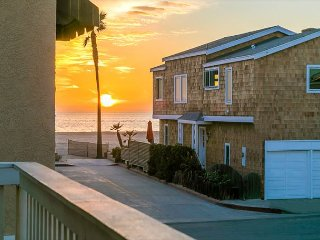 10% OFF APR - 2 Houses from Beach, Walk to Boardwalk, Ocean Views & Patio