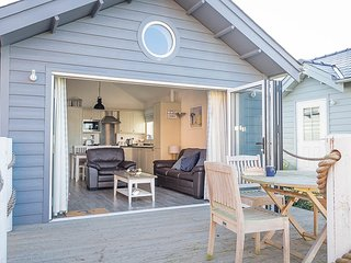 Mariners Beach House - luxury beach house for 4, wifi, close to beach, pool, gym