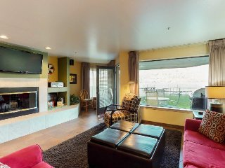 Peterson's Lakeside waterfront condo w/ shared pool, hot tub, 5 min to Chelan!