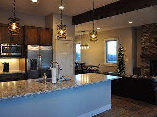Brand New Luxurious Grand Park Townhome - Free Activities/Great Views/Hot Tub