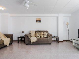 Spacious 4 Bed/2 Bath flat minutes from the beach