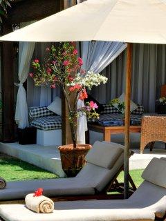 Majapahit Beach Villas - Villa Nataraja - Sunloungers and bale