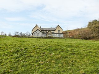 EAST WING, swimming lake and hot tub, spectacular countryside views, en-suite, R