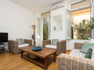 Pretty 2 bedroom apartment in Cannes with internet, aircon, terrace. Walking