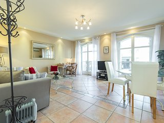 Lovely 2 bedroom 2 bathroom apartment in Cannes near the Palais. Internet