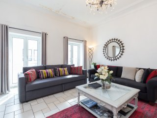 Spacious 3 Bedroom Palais Napoleon Apartment with a Balcony