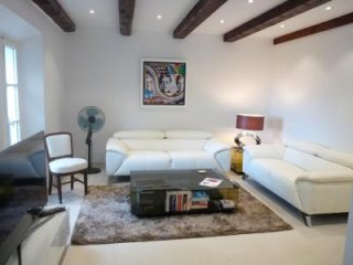 This wonderful apartment five minutes from central Cannes and three hundred