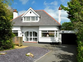 MONARFON, detached, pet-friendly, stroll from beach, en-suite, enclosed garden,