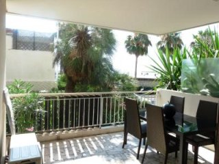One bedroom apartment in the Palm Beach area, with sea views a terrace, quick