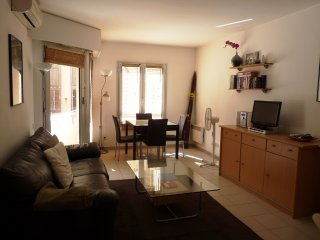 Nice one bedroom accommodation with balcony & wifi. Minutes from Palais and