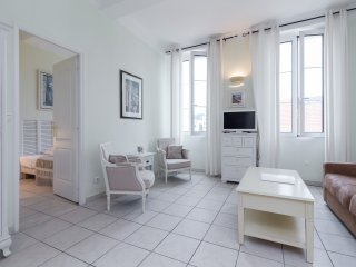 Comfortable accommodation in Cannes. Short walk to Palais, beach and shopping..
