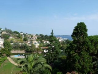 Two bedroom in gated residence with gardens in Cannes. Sea view.