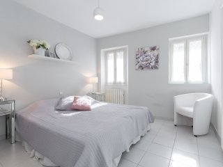 A lovely split level townhouse in the heart of Cannes next to the Marche