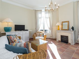 Lovely light 2 bedroomed apartment in the heart of Cannes Carre d\'Or area
