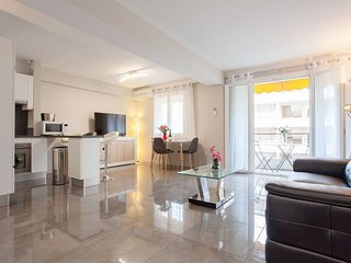 Renovated, modern 2 bedroom apartment in the center of Cannes, 280 meters from
