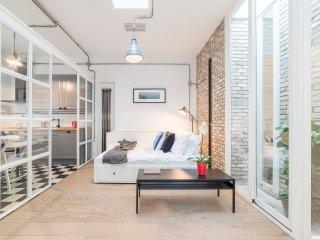Cosy modern studio flat close to metro Piramide