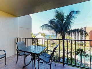 Nicely-appointed condo w/ easy beach access, resort pools, hot tubs, and more!