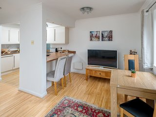 Spacious 2 bed sleeps 5 with parking nr Chelsea
